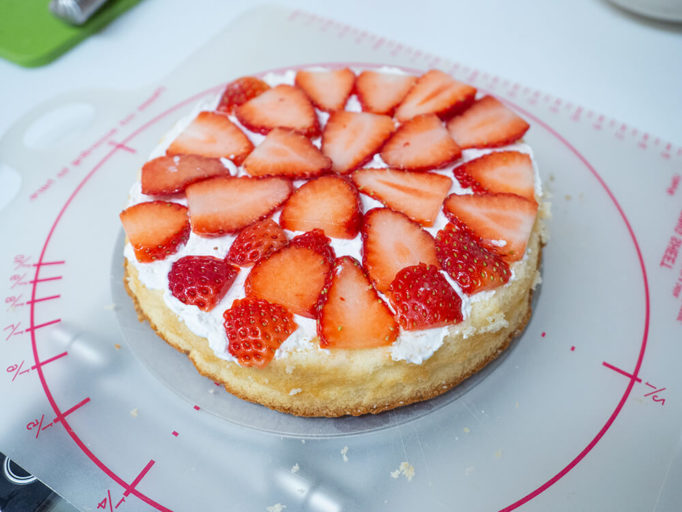 クリスマスケーキをデコレーションところ