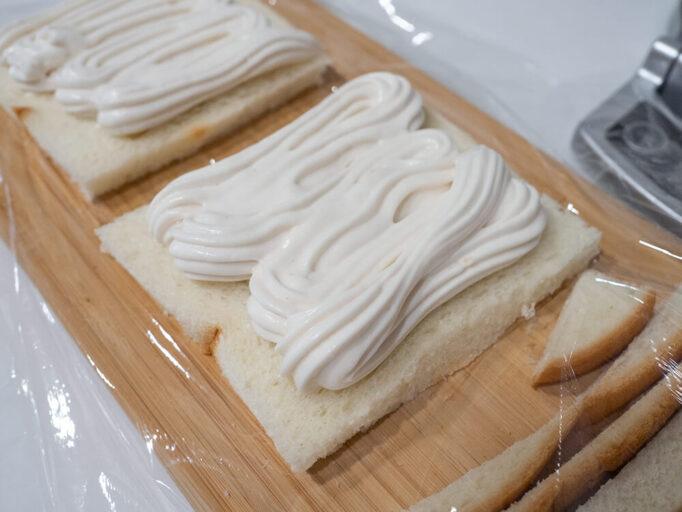 低脂肪クリームでフルーツサンドを作ってるところ