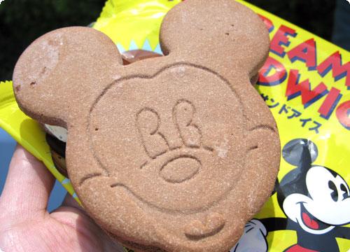 ミッキーシェイプのクッキーサンドアイス