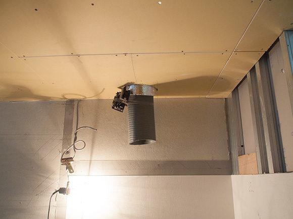 天井から出ているダクト管