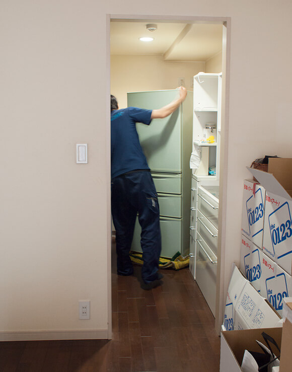 引越しの様子。冷蔵庫を回収してもらう
