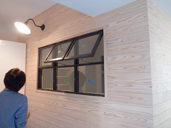羽目板の壁とアイアン窓