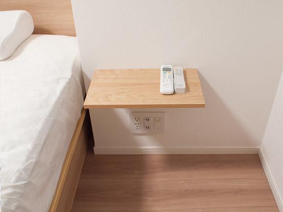 ベッドと同じ高さにウォールラック