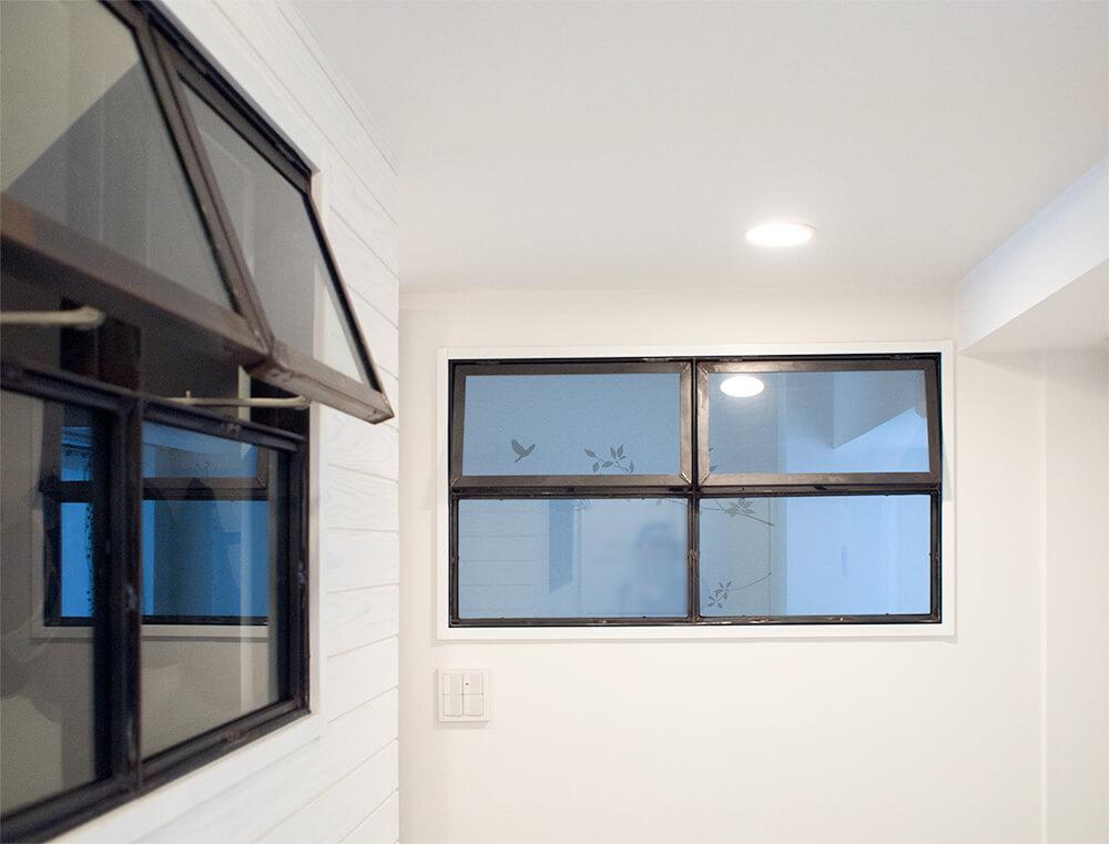 玄関のアイアン内窓