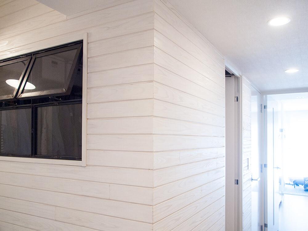 玄関の羽目板の壁