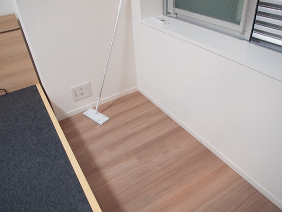 6畳の部屋の角にあるハリ
