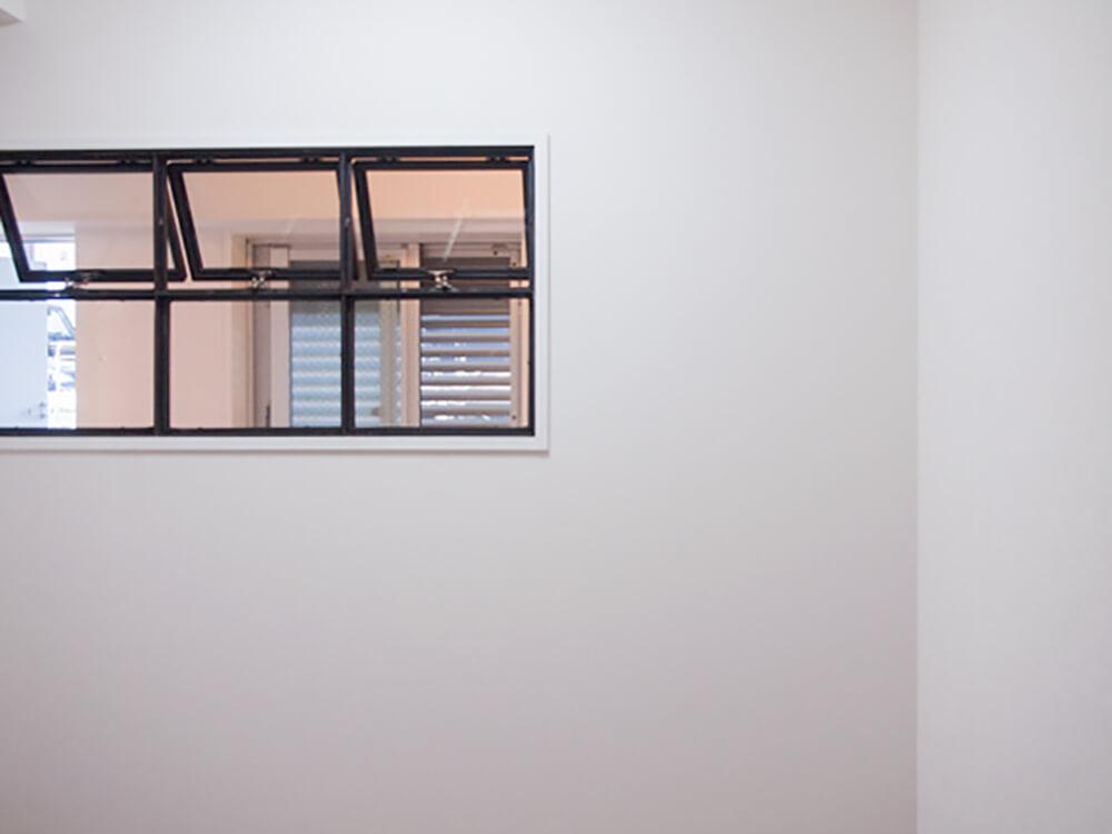 新設した壁とアイアン窓