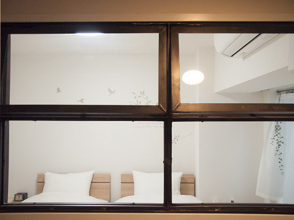 室内窓から見た寝室