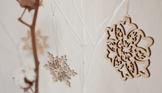 玄関の飾りをクリスマス仕様に。大人かわいい木製オーナメント。