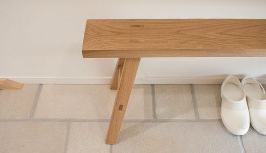 玄関土間のベンチは無印の無垢材オーク。なんだかんだ言ってやっぱり無印でした。