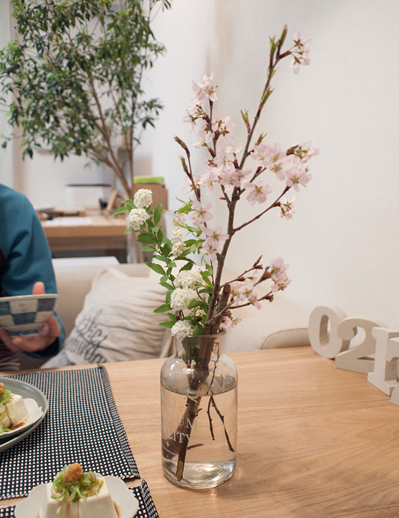 テーブルに飾った啓翁桜と小手毬