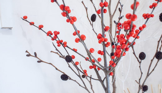 玄関とダイニングのグリーンを赤い実でお正月バージョンに。