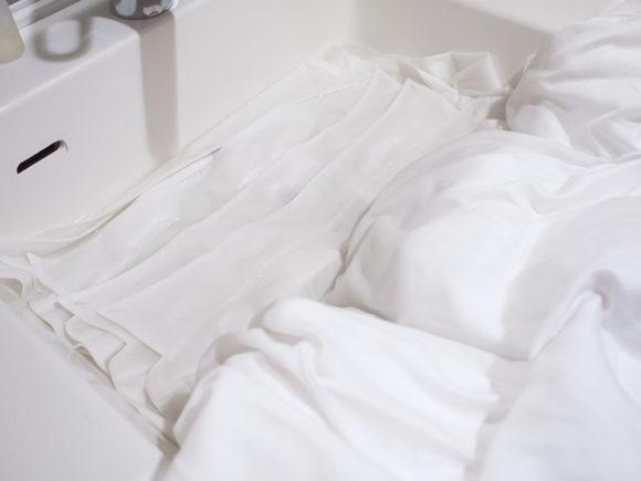 ワイシャツの襟汚れを洗剤に漬ける