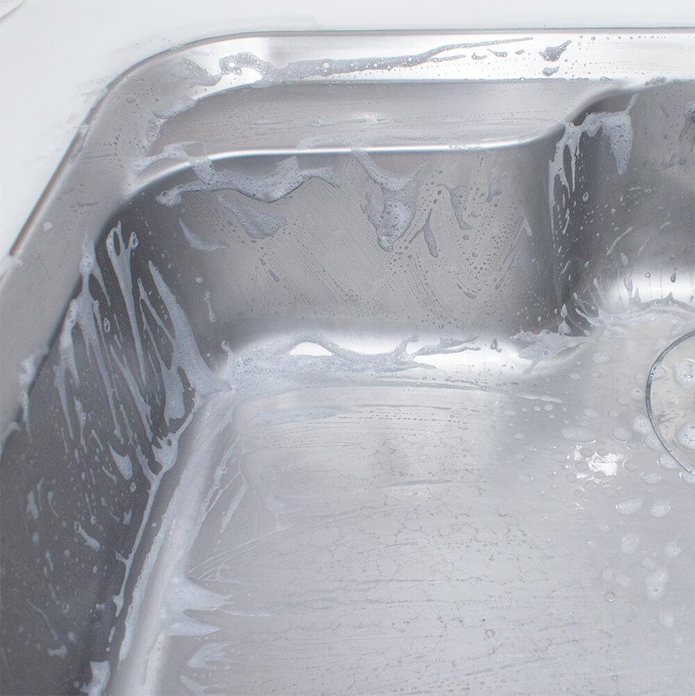 シンクを食器洗剤で磨いているところ