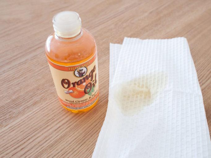 ハワードオレンジオイルとキッチンペーパー