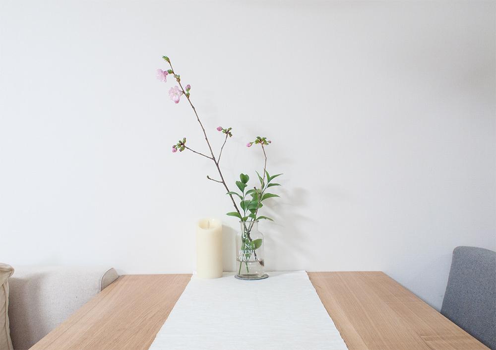 ダイニングテーブルの上の桜の枝