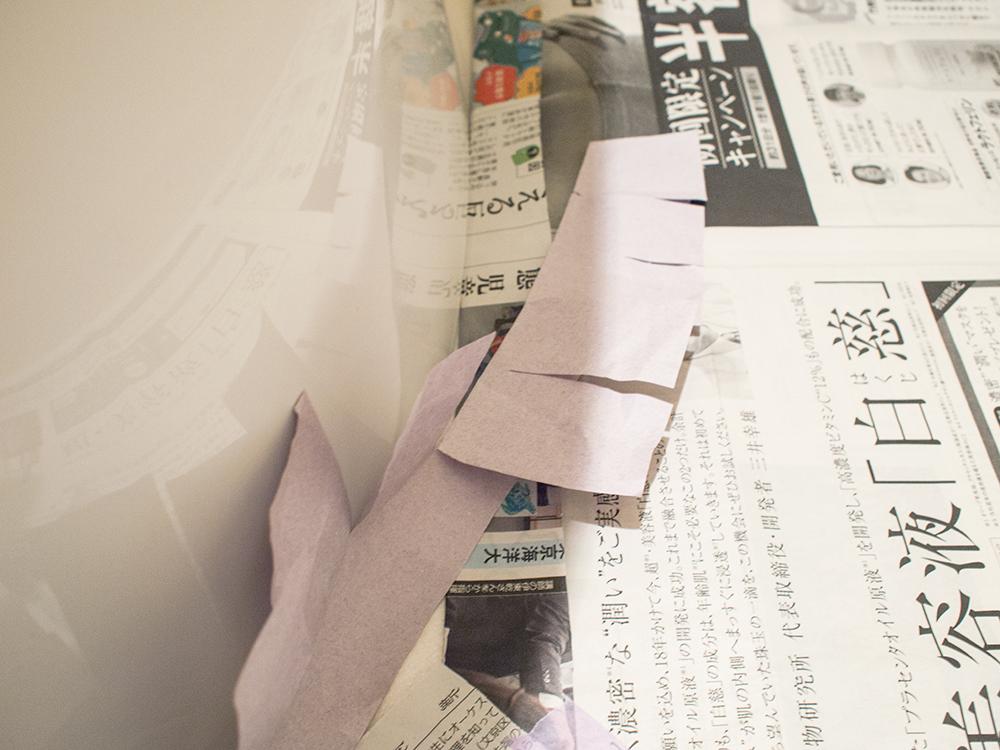 トイレのカーブに合わせてマスキングテープを止めて行く