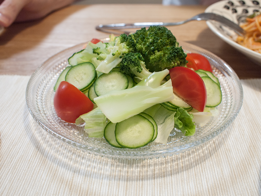 北欧食器にサラダ