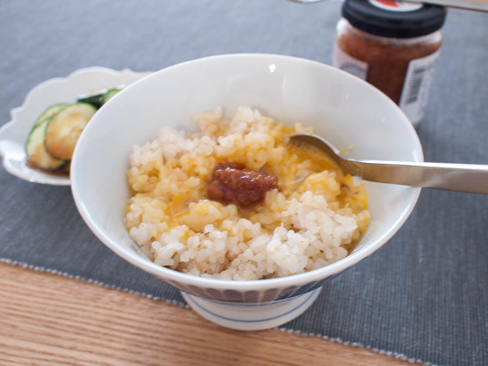 卵かけご飯に久世福商店 黒豆でつくった食べる醤油