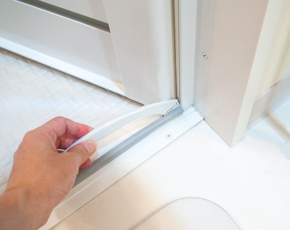 バスルームの扉の隙間掃除