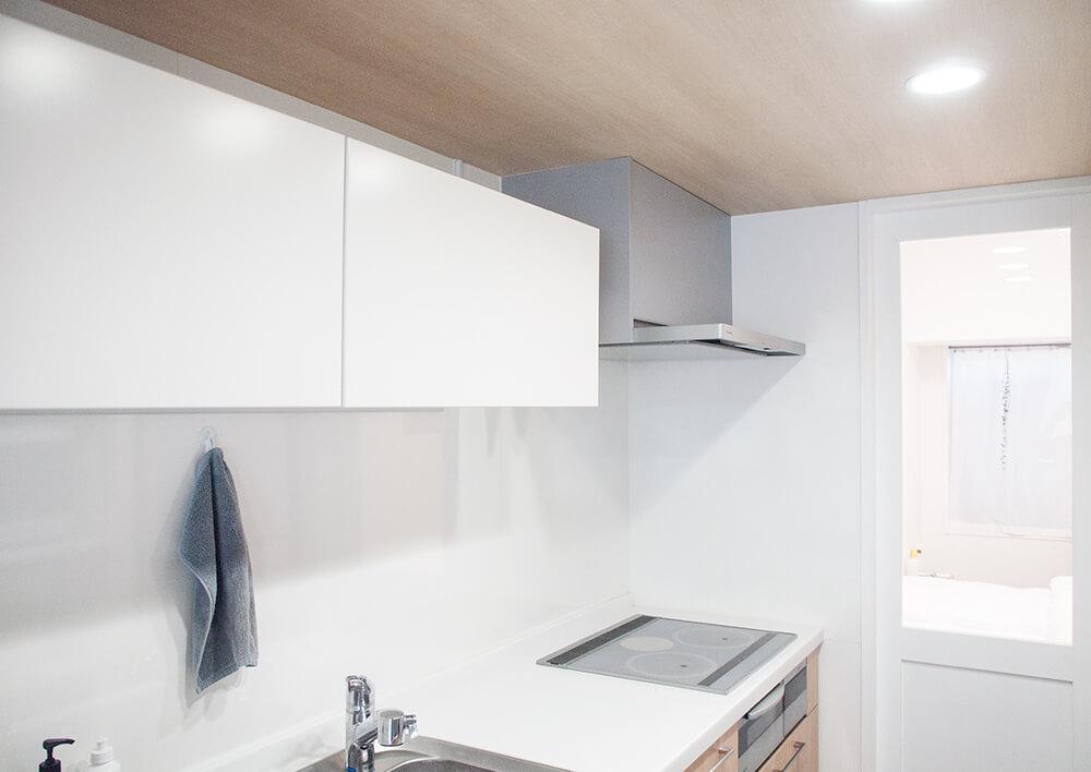 スッキりしたキッチンと吊り戸棚