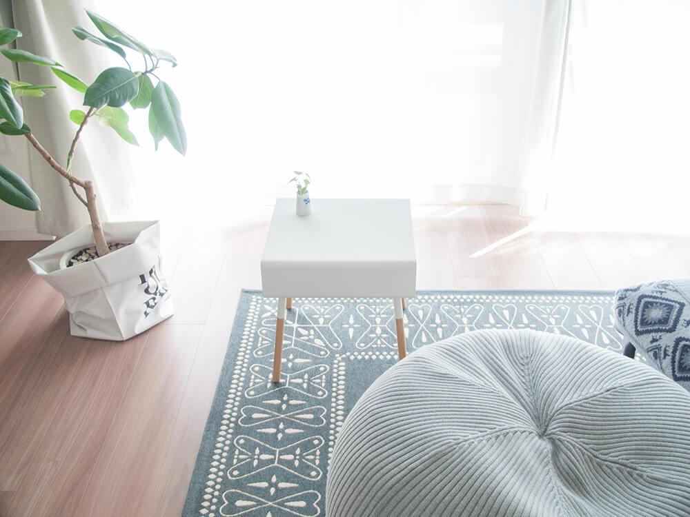白いサイドテーブル