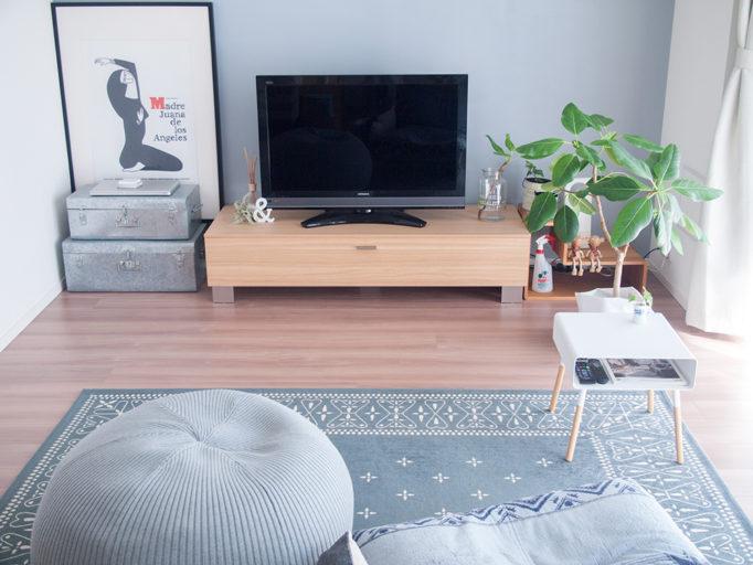 白いローテーブルを置いたリビング風景