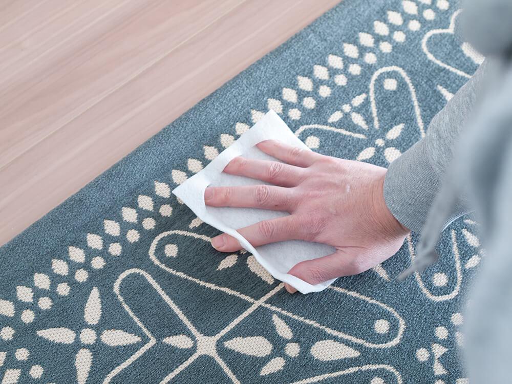 クイックル 布・カーペット ウエットぶきシートでラグを拭いてるところ