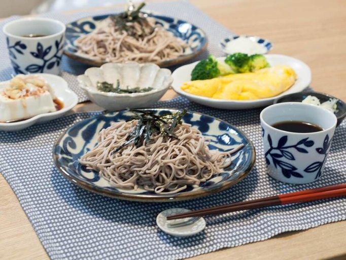 お蕎麦を盛った琉球るり唐草模様の美濃焼
