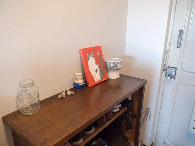 玄関には愛猫おばけちゃんのイラスト