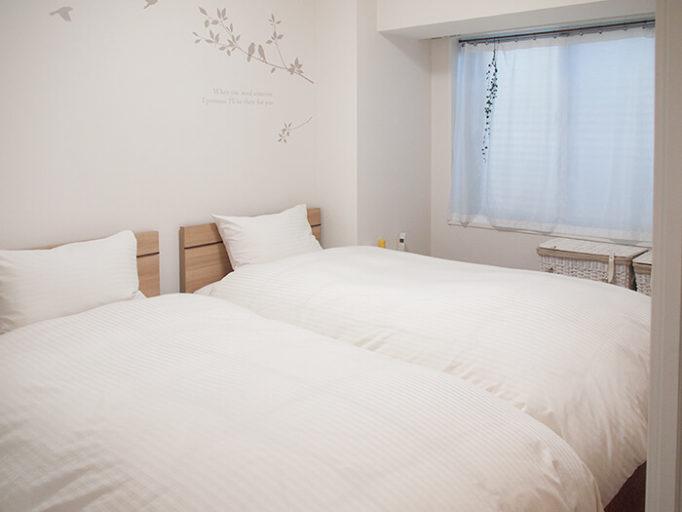 6畳にシングルベッド2つ置いた部屋の様子