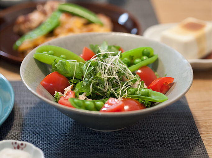 ネギシ製陶の6寸鉢にサラダを盛り付けたところ