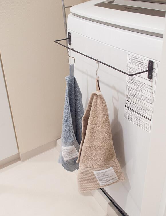 セリアのアイアンバーを洗濯機にマグネットで設置したタオル掛け