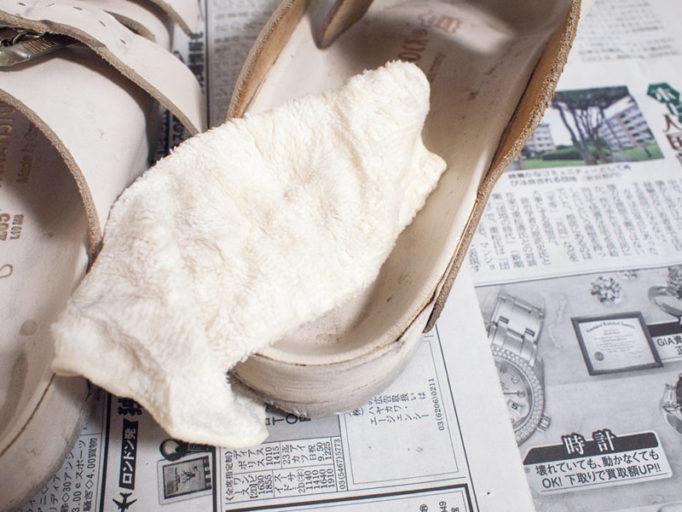 コロニル シャンプーダイレクトの泡をタオルで拭い取っているところ