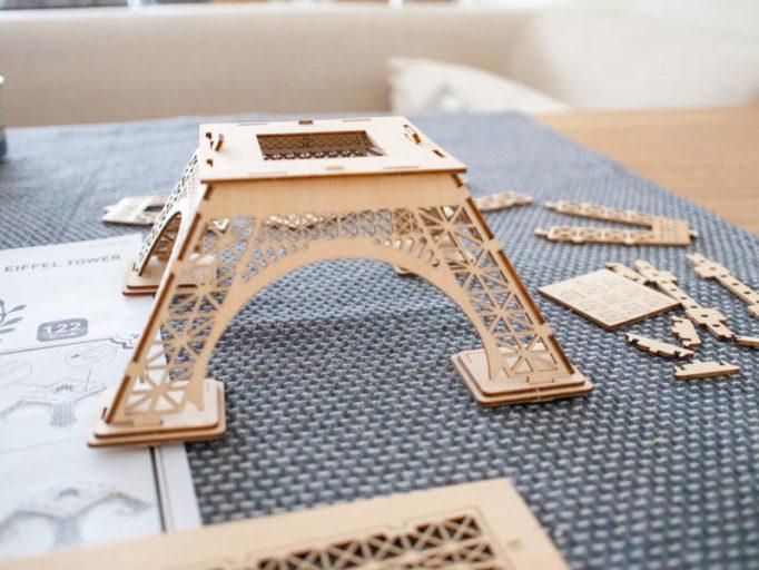 つくるんです3Dウッドパズル「エッフェル塔」を組み立てているところ