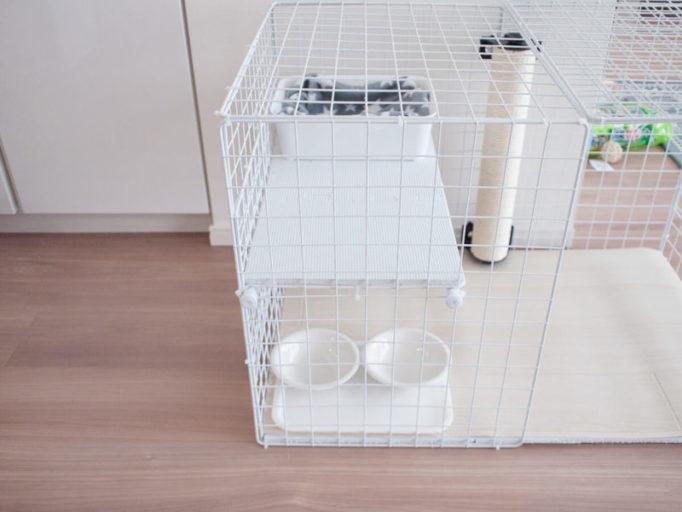 猫ケージの中の食器とベッド