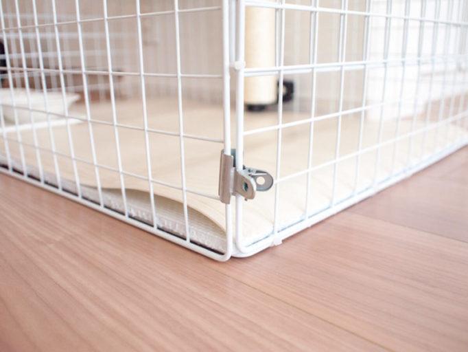 100均ワイヤーフレームで作った猫ケージの扉をクリップで留めたところ