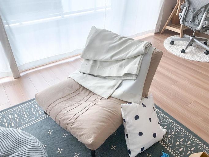 外したカーテンをソファに置いたところ