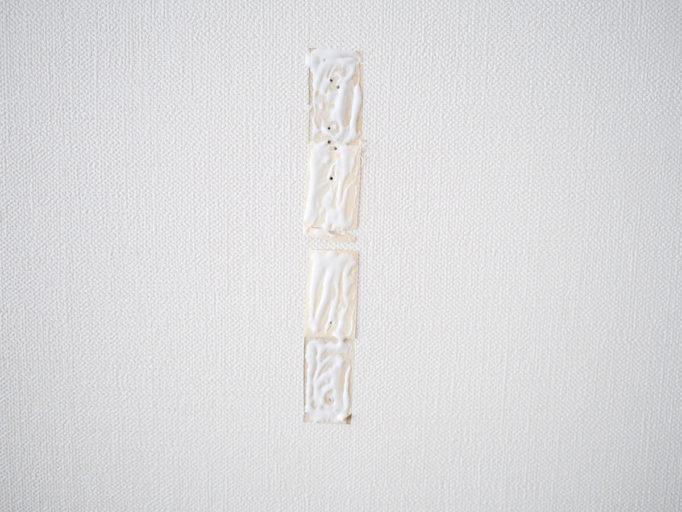 剥がした壁紙に木工用ボンドを塗ったところ