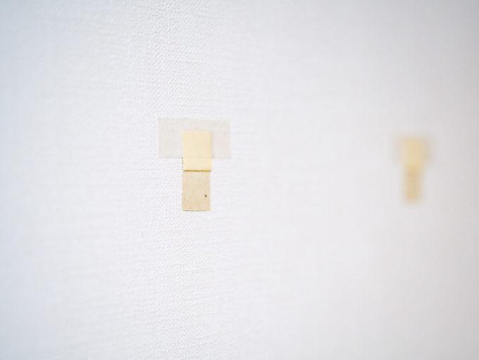 壁に穴を開ける前に壁紙を剥がしているところ