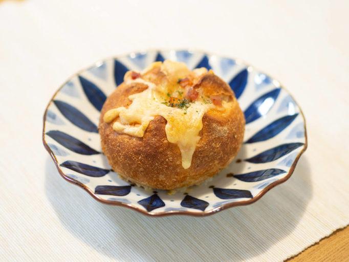 波佐見焼のお皿にパンを盛ったところ