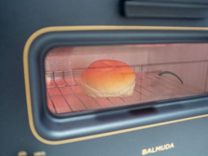 バルミューダトースターでパンを焼いてるところ