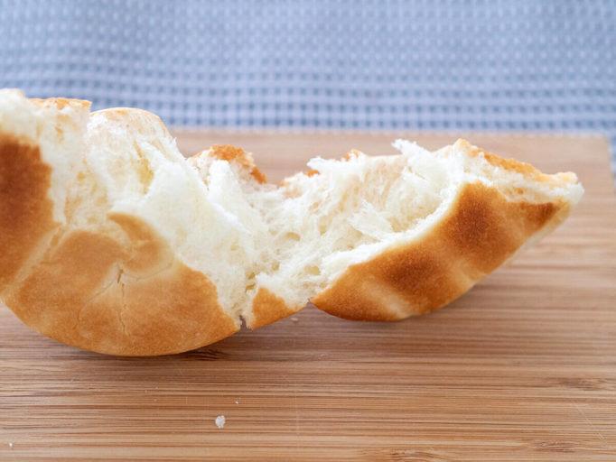 ロールパンをちぎったところ