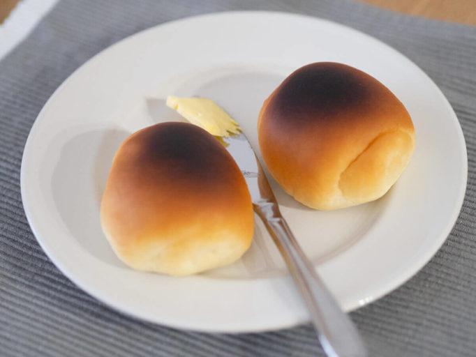 表面が焦げたロールパン
