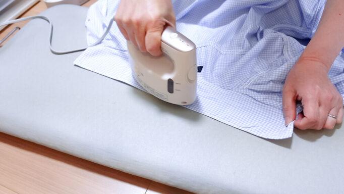 衣類スチーマーNI-FS770でアイロンを掛けてるところ