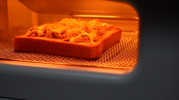 アラジンでチーズトーストを焼いてるところ