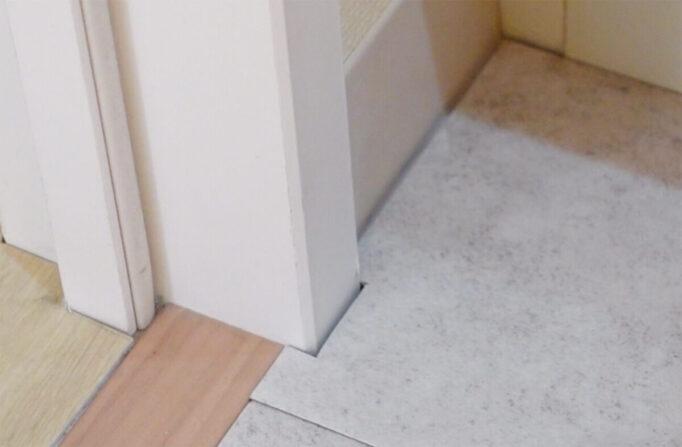 フロアタイル壁際凹凸部分