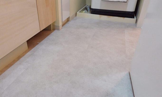 洗面所DIYで床にフロアタイルを敷いたあと